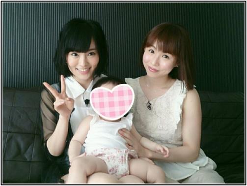 山本彩さんが子供を抱えている画像