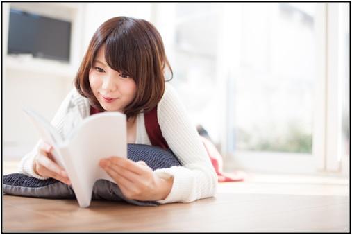 読書を楽しむ女性の画像