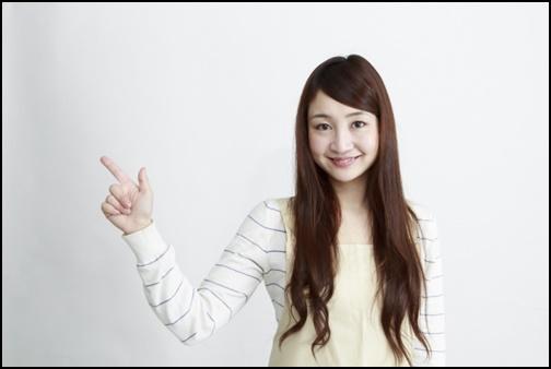 指さしする女性の画像