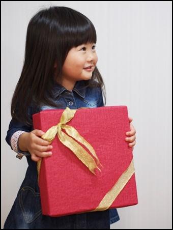 プレゼントを渡す幼児の画像