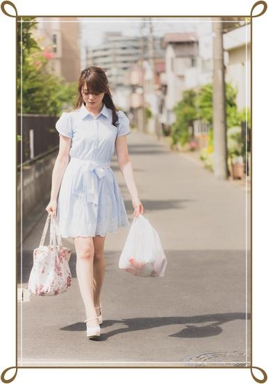 買い物する30代女性の画像