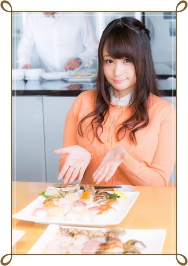 食事レポートする女性の画像