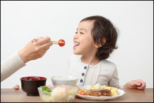 楽しく食べる幼児の画像