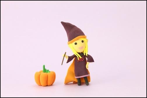 ハロウィンで人形がマントを羽織る画像