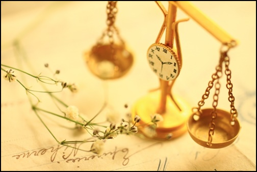 時計と天秤の画像