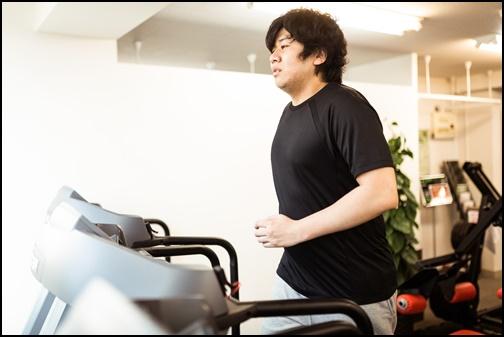 マラソンダイエットする男性の画像