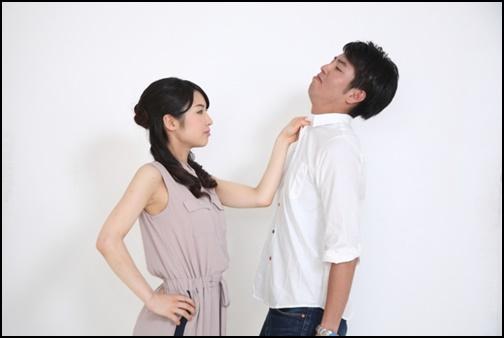 男性に対して怒る女性画像