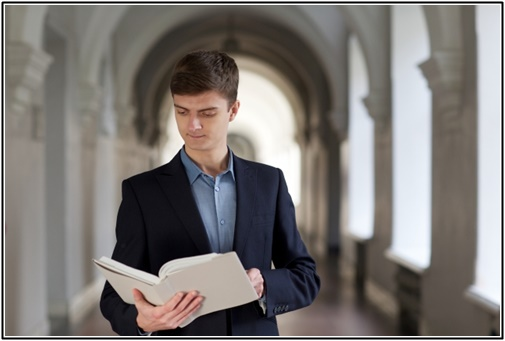 読書する外国人の画像