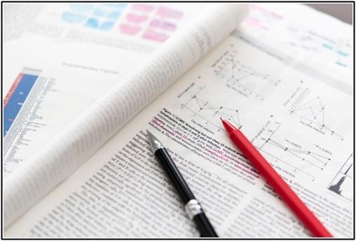 英語の参考書のシャーペンと赤ペンの画像