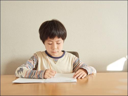 小学生が勉強する画像