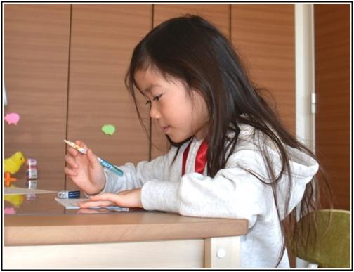女の子が勉強している画像