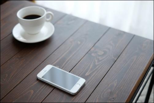 コーヒーとスマホの画像