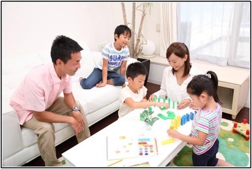 幼児と家族の画像