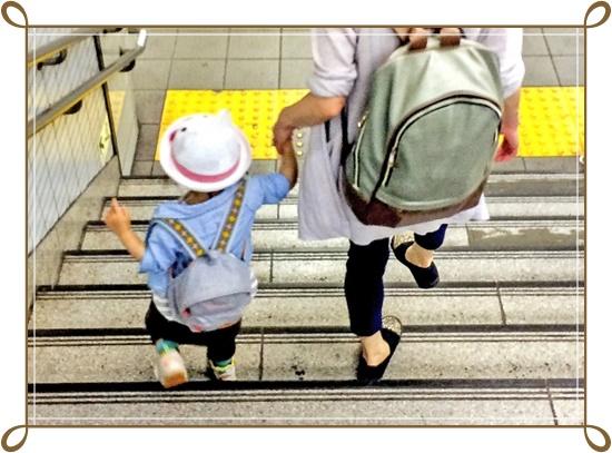 幼稚園児とお母さんが手を繋いでの通学画像