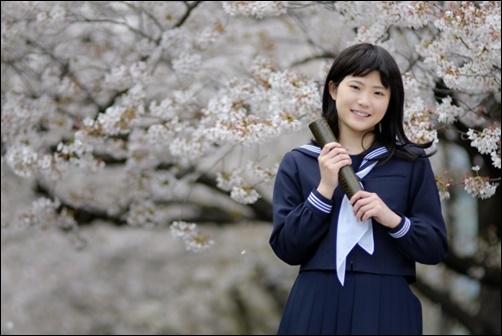 女子中学生の卒業後の桜の前で撮影した画像