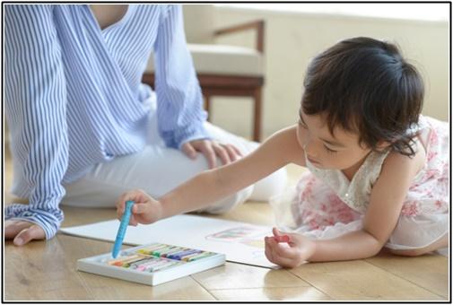 クレヨンで遊ぶ幼児の画像