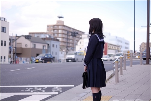 女子中学生の通学画像