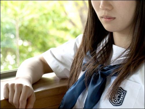 女子中学生の悩んでいる画像