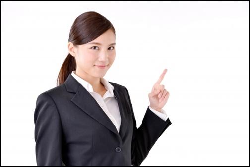 指差しして案内する女性の画像