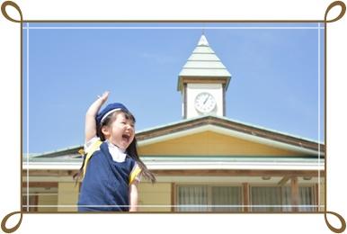 元気に手をあげる女の幼稚園生の画像