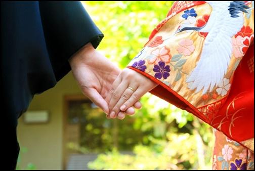 和服姿で手繋ぎ画像