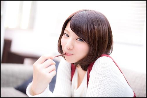 ポッキーを食べる女性の画像