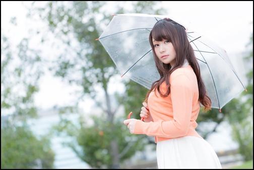 雨の中傘を持つ女性の画像