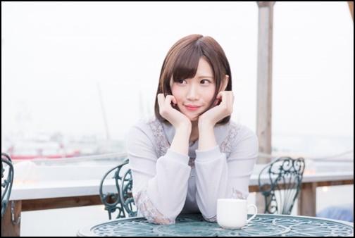 美人がカフェで肘をついて横を見ている画像