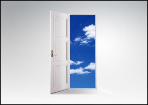 ドアを開けて空の画像