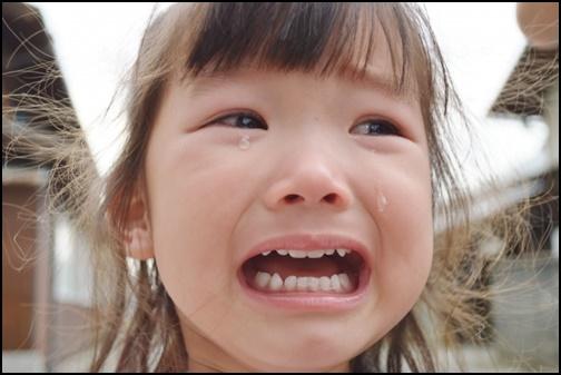 子供の泣き顔の画像