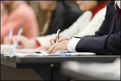 セミナーで勉強する人達の画像