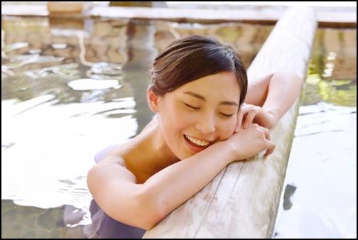 温泉に入って気持ちよさそうな女性の画像