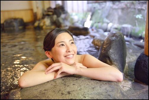 温泉に入る女性の画像