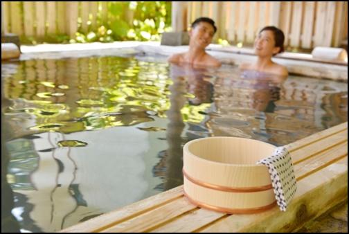 カップルで温泉に入っている画像