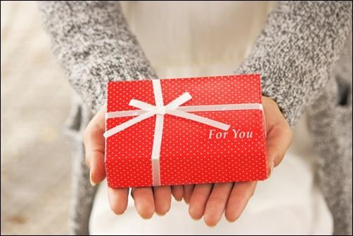 プレゼントを差し出す画像