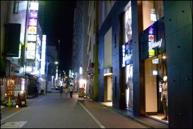 夜の銀座の飲み屋の建物の画像