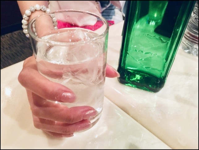キャバクラでグラスを持つ女性の画像